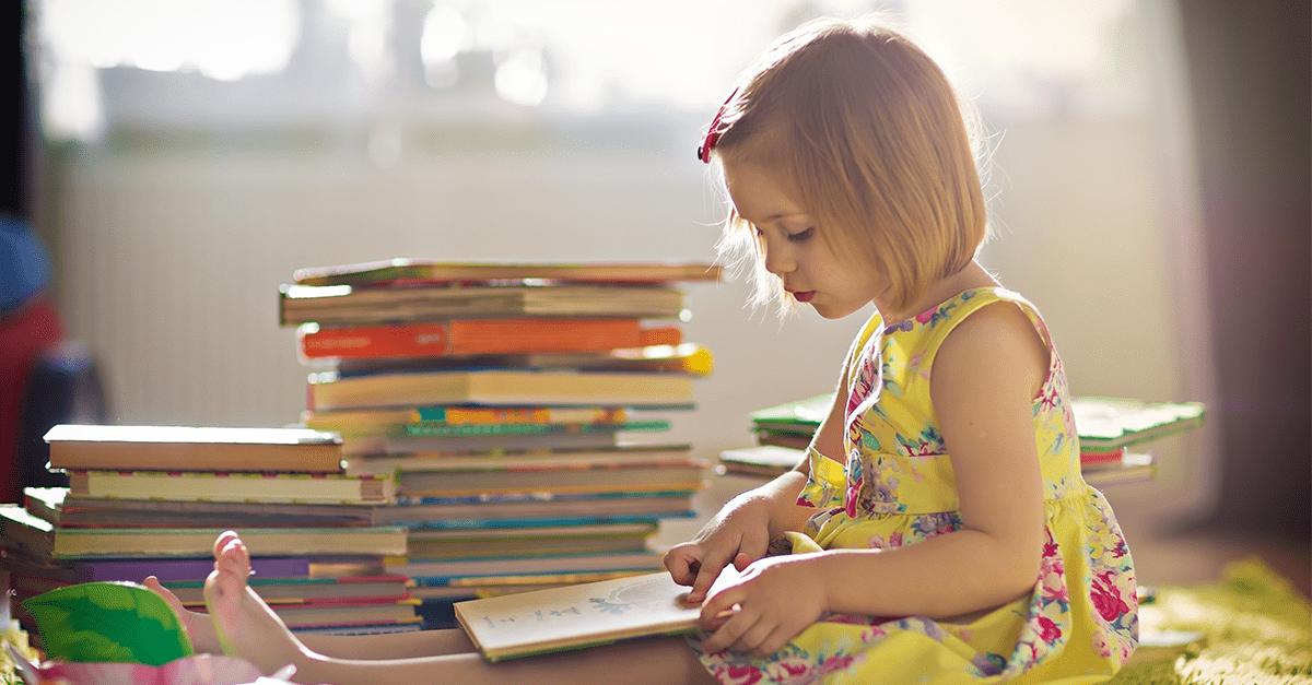 ¿A qué edad debería esperar que mi hijo/a sepa leer?