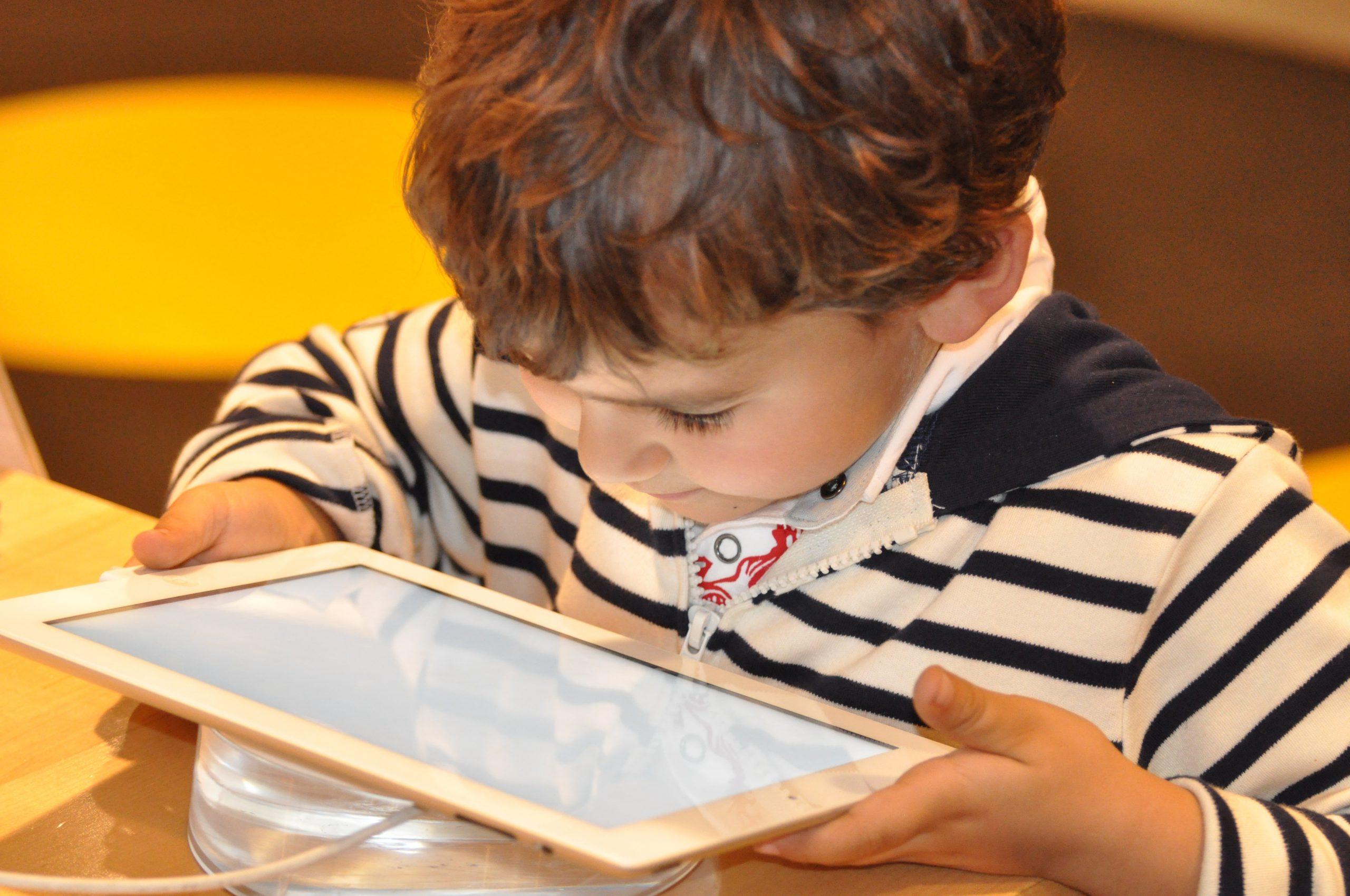 El tiempo de pantalla de calidad puede ser bueno para los niños, según un nuevo estudio de Oxford