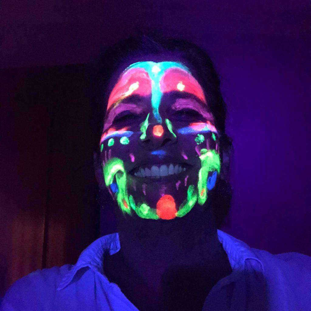jugar con pintura y luz negra, estimulación temprana , kokoro kids blog