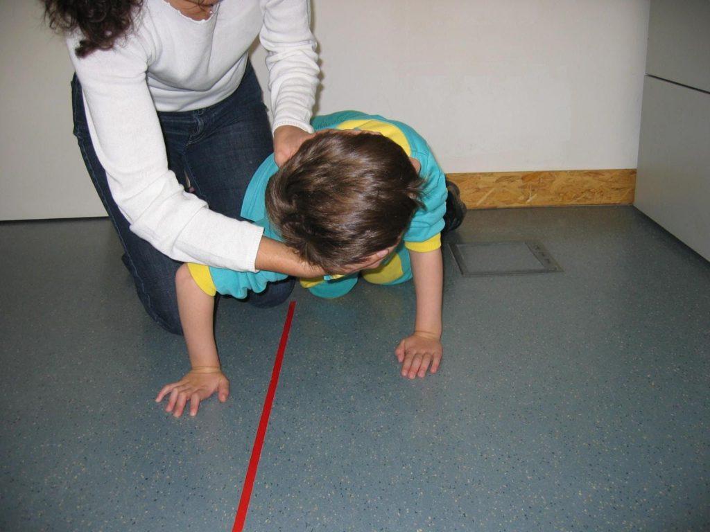 Imagen real de reflejo tónico asimétrico del cuerpo, Reflejos primitivos y su papel en el aprendizaje, kokoro kids